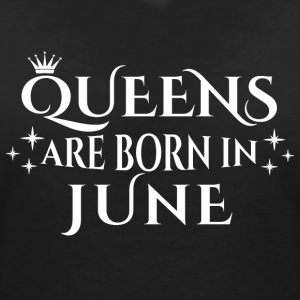 Queens are born in June - Women's V-Neck T-Shirt