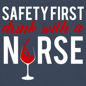 Krankenschwester: Safety First - drink with a nurs - Männer Premium Langarmshirt