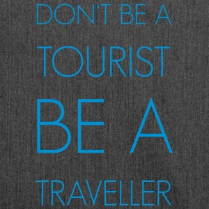 Don't be a tourist be a traveller. - Schultertasche aus Recycling-Material