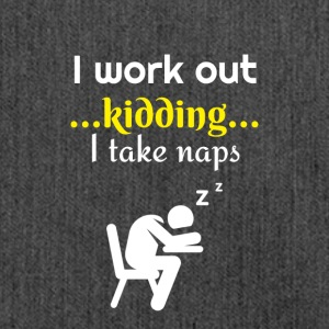 I work out I am just kidding actually I take naps - Schultertasche aus Recycling-Material