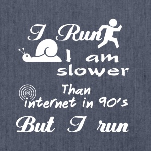 I run I am slower than internet in 90's but I run - Schultertasche aus Recycling-Material