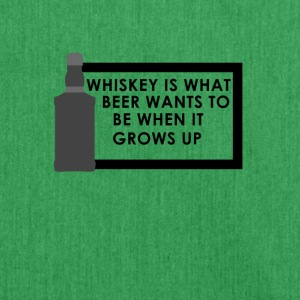 Whiskey is what beer wants to be when it grows up - Schultertasche aus Recycling-Material