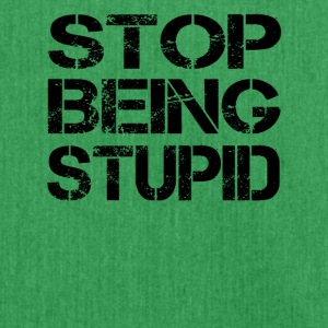 stop being stupid - Schultertasche aus Recycling-Material