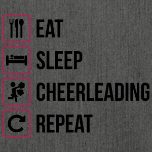 Eat Sleep Cheerleading Gentag - Skuldertaske af recycling-material
