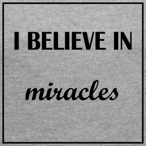 I believe in miracles - Women's T-shirt with rolled up sleeves