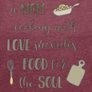 A mom cooking with love provides food for the soul - Frauen T-Shirt mit gerollten Ärmeln