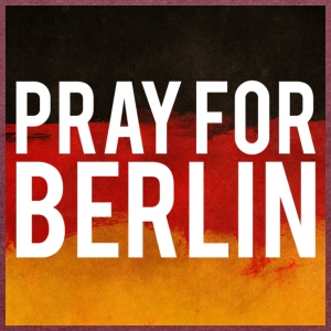 PRAY FOR BERLIN. BETTE FOR BERLIN - Women's T-shirt with rolled up sleeves
