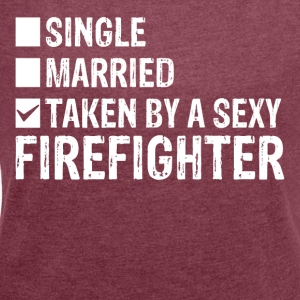 Single Married Taken by a sexy FIREFIGHTER - Frauen T-Shirt mit gerollten Ärmeln
