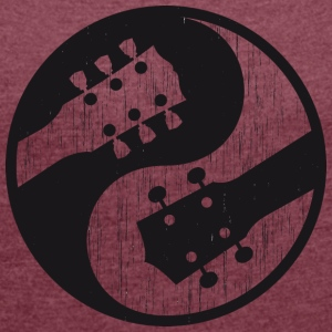 Electric guitar vs ukulele yinyang worn - Women's T-shirt with rolled up sleeves