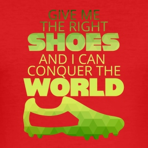Fußball: Give me the right shoes and i can conquer - Männer Slim Fit T-Shirt
