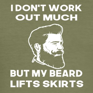 i dont work out much but my beard lifts skirts - Männer Slim Fit T-Shirt
