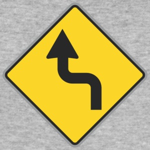 Road Sign links bochtige weg - slim fit T-shirt