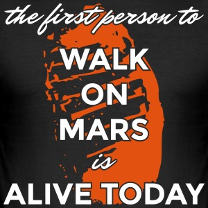the first person to walk on mars is alive today - Männer Slim Fit T-Shirt