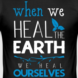 When we heal the earth we heal ourselves - Männer Slim Fit T-Shirt