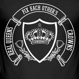 real queens fix each others crowns - Männer Slim Fit T-Shirt