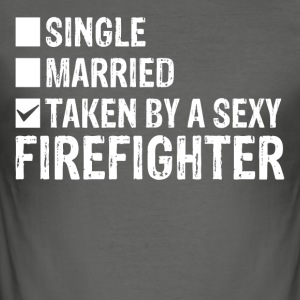 Single Married Taken by a sexy FIREFIGHTER - Männer Slim Fit T-Shirt