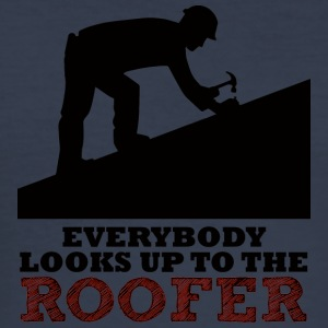 Dachdecker: Everybody looks up to the roofer. - Männer Slim Fit T-Shirt