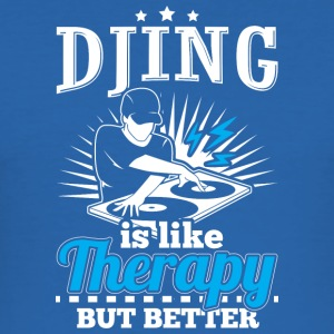 DJING IS LIKE THERAPY BUT BETTER - Männer Slim Fit T-Shirt