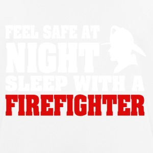 Feel Safe At Night Sleep With A Firefighter - Männer T-Shirt atmungsaktiv