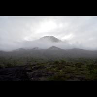 Ein Vulkan im Nebel