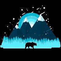 Bär im Wald vor Bergen mit Schnee