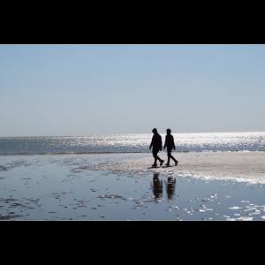 am Strand spazieren gehen