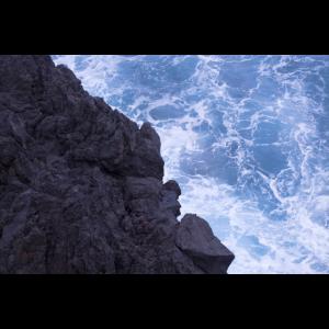 Schwarze Felsen im Atlantik