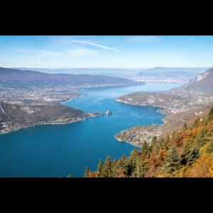 Der See von Annecy im Herbst