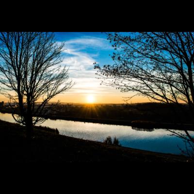 Fuerth Sonnenuntergang - Ein wundervolles Bild eines Sonnenuntergangs am Kanal in Fürth. Ein klasse Foto über das sich ein echter Fürther zum Geburtstag freuen würde. - Müllberg,Kanal,sonnenuntergang,fotografie,fürth,Bäume