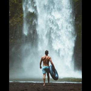 Mann am Wasserfall