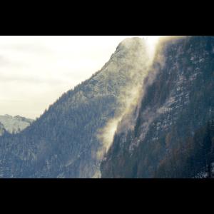 Berge Wald Nebel Schnee mystisch