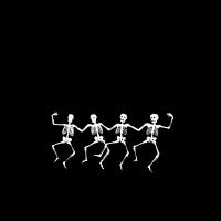 Tanzende Skelette im Moor mit kreisenden Raben