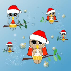 Niedliche kleine Eule mit Hut und Weihnachtskugeln