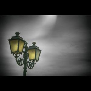 Leuchtende Lampen im Dunkeln