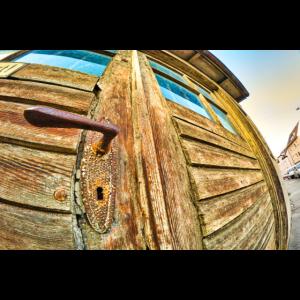 alte Holztür mit dem Fischauge fotografiert