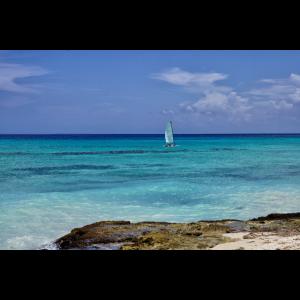 Azur Farben Karibik Traum mit weiße Segeln
