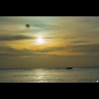Parasailing im Sonnenuntergang