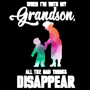 Großmutter Held Enkelkind Geschenk