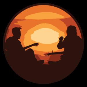 Gemütlicher Abend mit Gitarre und Lagerfeuer