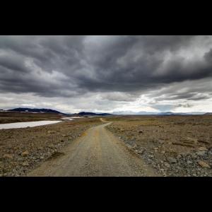 Roadtrip auf einer Schotterpiste in Island.