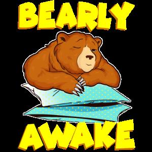 Bearly Awake Schlafender Bär Lustiges kaum wachen Wortspiel