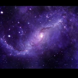 Galaxie mit Sternen am Nachthimmel - lila