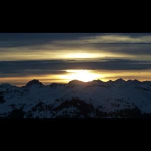 Sonnenaufgang über Berggipfel