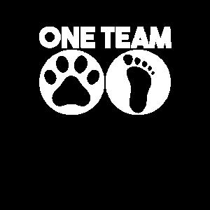Pfoten und Füße Bilden Sie ein Team. Hund zu Fuß