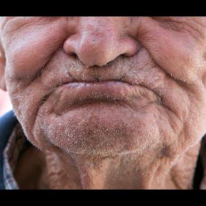 Mundschutz alter Mann Falten Corona Mund Geschenk