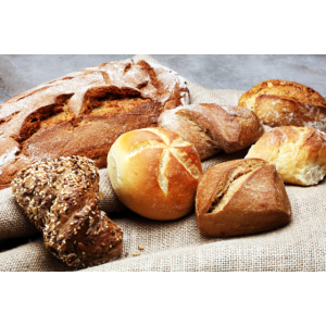 Brot und Broetchen auf rustikalem braunem Holztisc