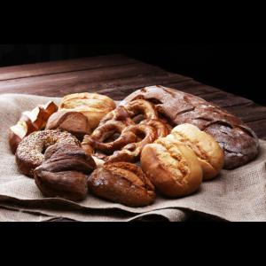 Brot und Broetchen auf rustikalem braunem Holz