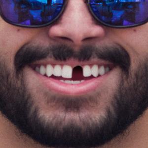 zahnluecke lustig gesichtsmaske bild mann lachen