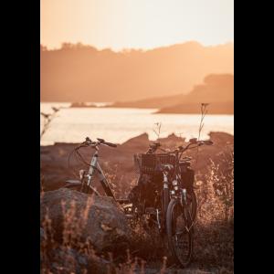 Fahrräder Küstenlandschaft bei Sonnenuntergang