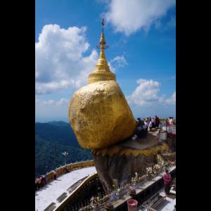 Buddhistische Pilger am Goldenen Fels